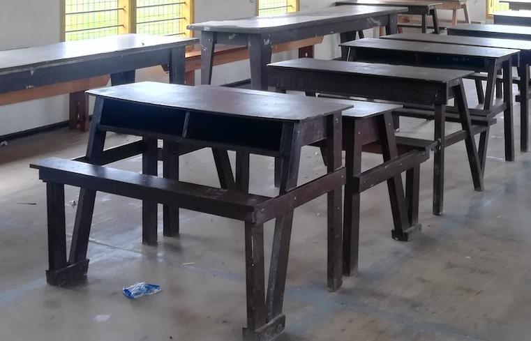 パプアのイス(机と一体型)